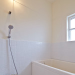 バスルームはモザイクタイル仕上げ。