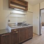 アンティーク仕上げの扉が特徴的なキッチン。
