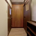 玄関にはオリジナルの木の壁と照明、作り付けの靴箱もオリジナルに近いものを。